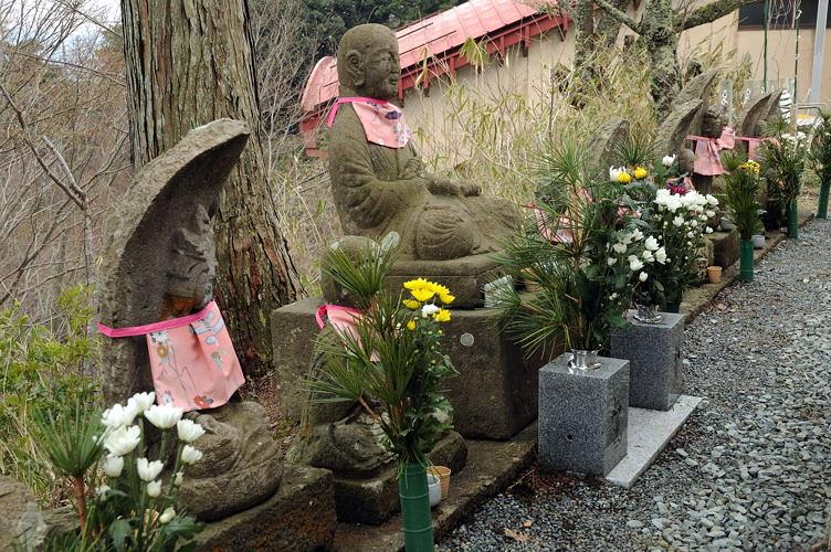 温泉寺奥の院前 奥の院前のお地蔵様のちょっと大きい写真   城崎温泉無料写真集