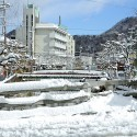 地蔵湯橋に積もる雪