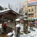 雪の日の城崎温泉駅前